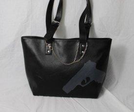 Maľovaná kabelka so zbraňou